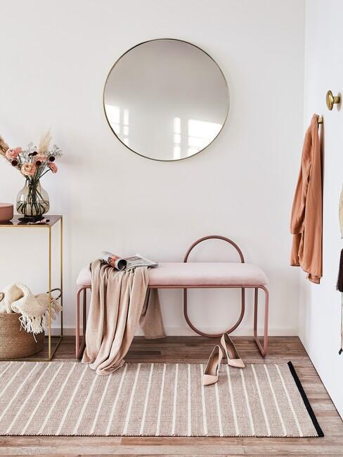 roze kleed en bank met spiegel en pumps