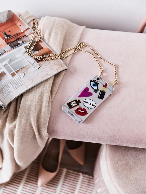 roze bank met roze pumps en tijdschrift