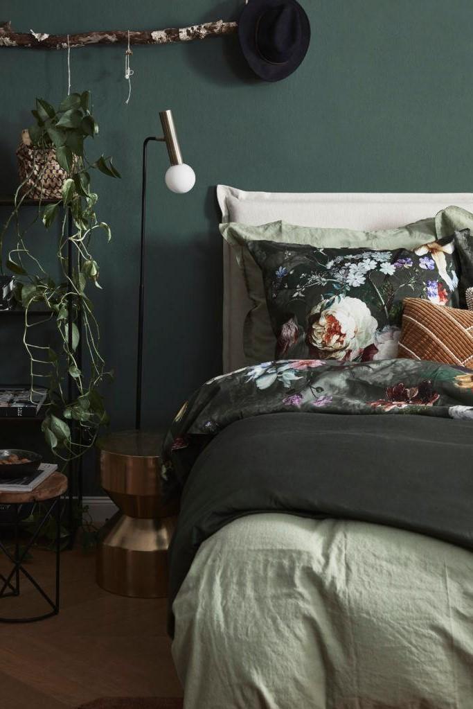 donker groene slaapkamer met plant