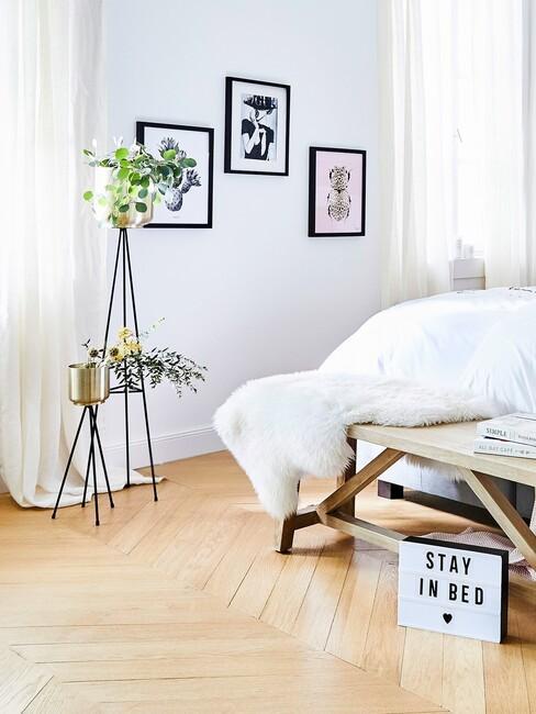 witte slaapkamer met plant