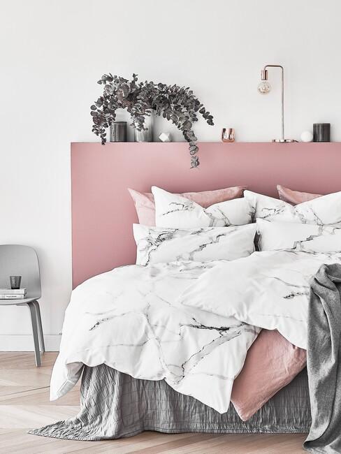 roze slaapkamer met marmer dekbedovertrek en grijze details