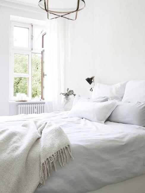 lichte slaapkamer met open raam