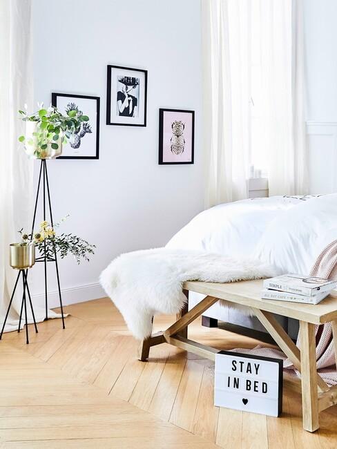 lichte slaapkamer met raam licht houten vloer en bank