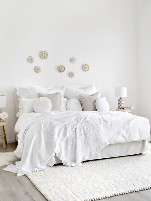 witte slaapkamer met kussens