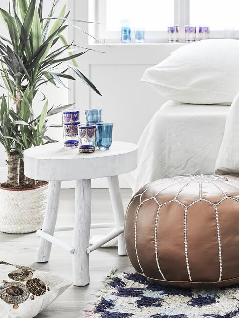 Slaapkamer met plant en blauw met wit kleed