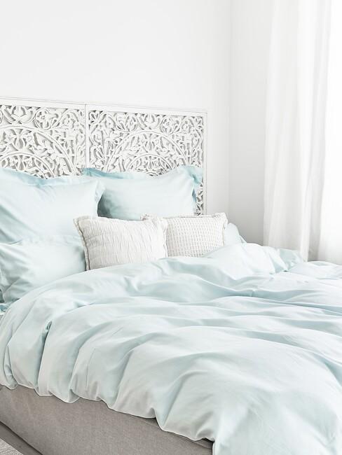 licht groen bed met witte details