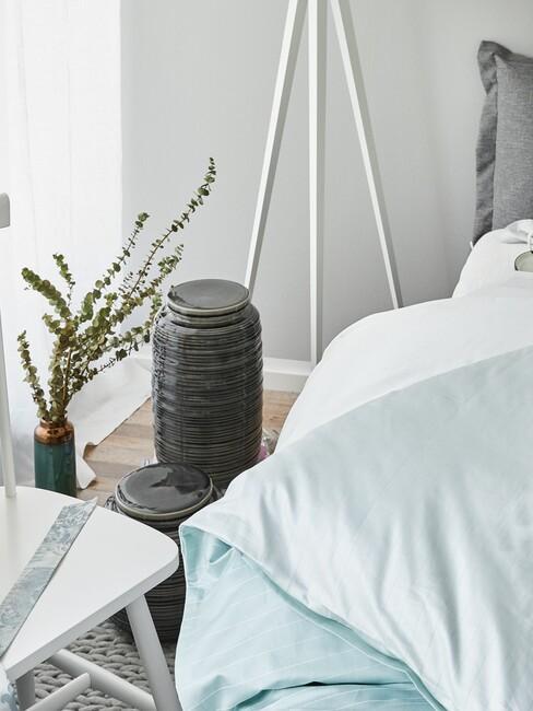 Plant bij groen bed en witte stoel