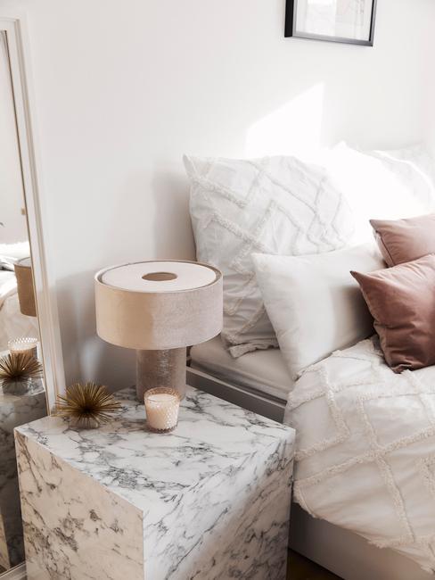 witte slaapkamer met roze details en marmere tafel