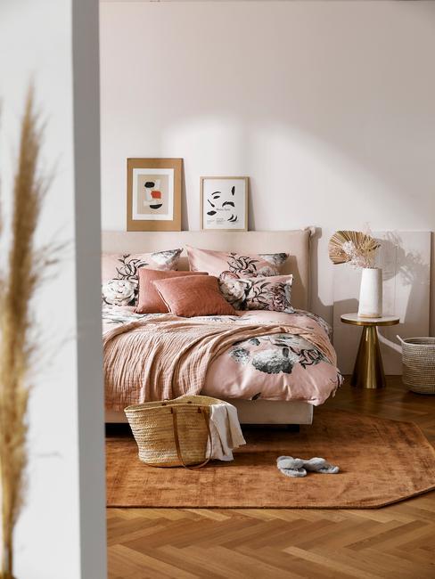 roze slapkamer met bloemen en licht houten vloer