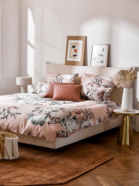 roze slaapkamer met houten details