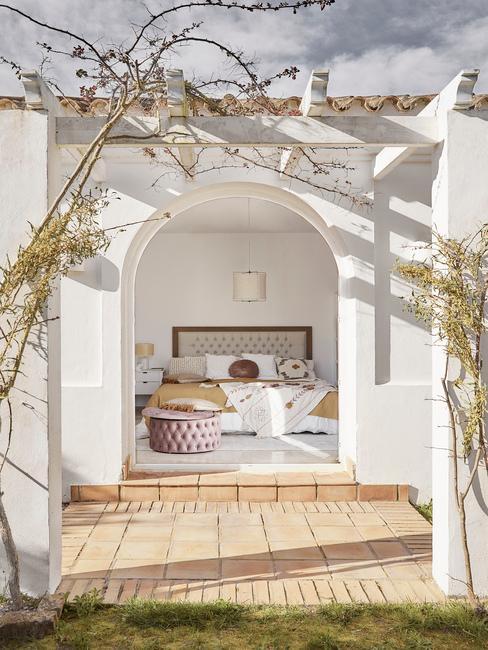 wit huis met openslaande deuren naar slaapkamer