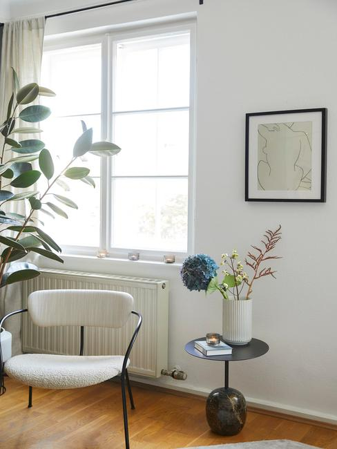 raam met lichte stoel ervoor en vaas