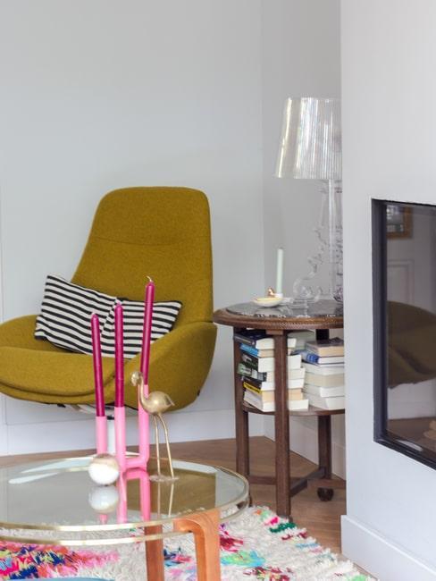 woonkamerhoek met gele stoel