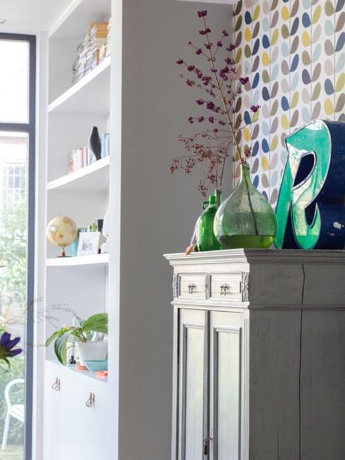 woonkamerhoek neutrale kast tegen kleurrijke muur