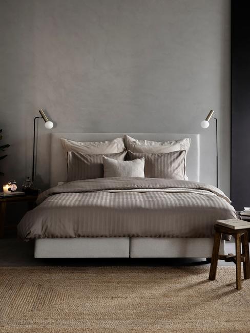 braun bed met lampen en toupe vloerkleed