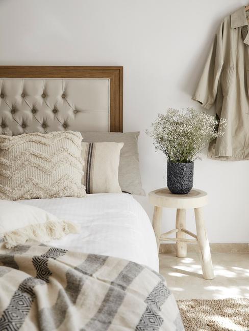 beige met houten bed en bloemen op houten tafel
