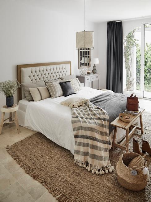 hout met beige boxspring met lichte dekens