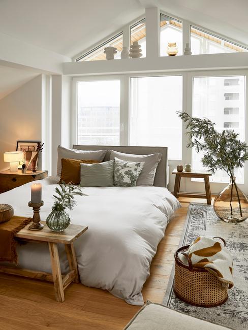 slaapkamer met wit dekbed en houten tafel