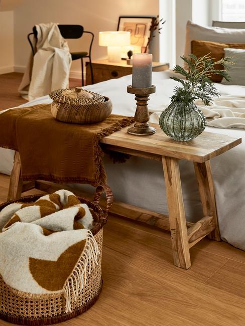 houten bank met deken voor bed