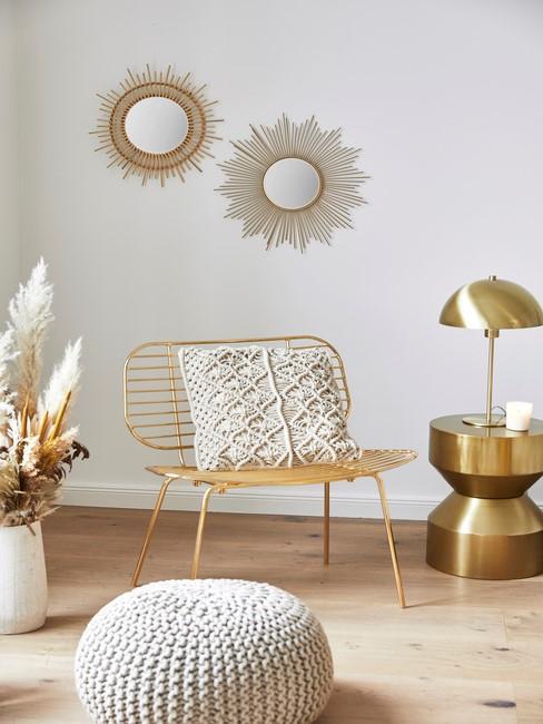 gouden stoel met zonnen spiegels
