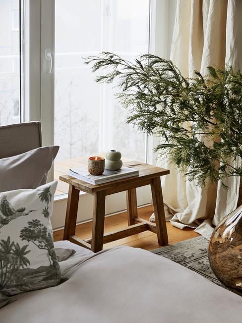 groenen plant met houten bank en grijs bed
