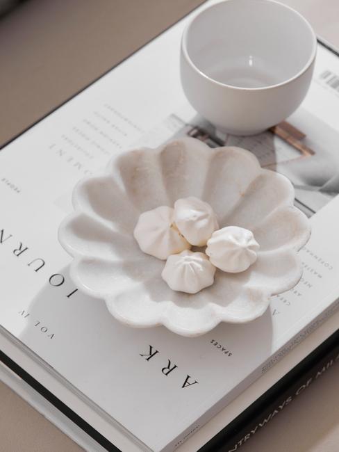wit boek met mok en schelp schaal