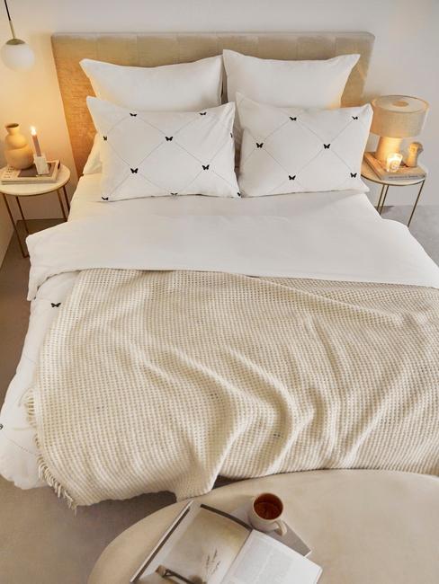 toupe bed met wit hartjes dekbed en een toupe plaid