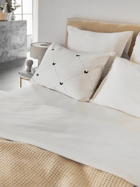 wit hartjes kussen met roupe bed en deken