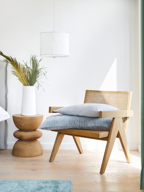 houten stoel met blauwe kussens
