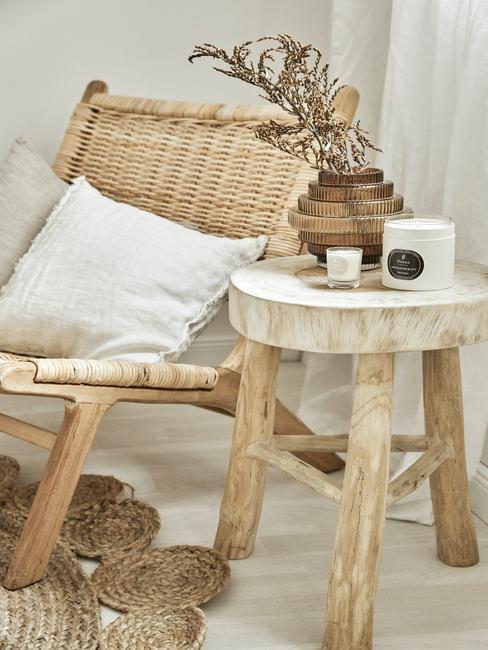 houten stoel met kaars op houten tafel en wit kussen