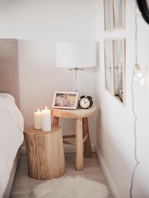 toupe bed met witte lamp en witte kaarsen