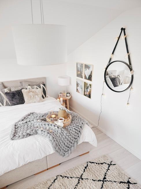 witte hanglamp met staande witte lamo in toupe slaapkamer