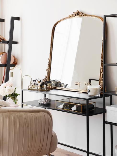 make-up tafel met gouden spiegel en zwarte tafel