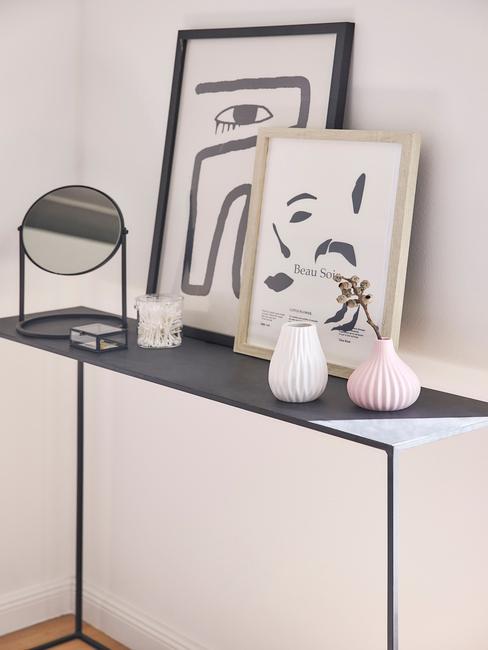 zwarte tafel met zwarte en houten fotolijst