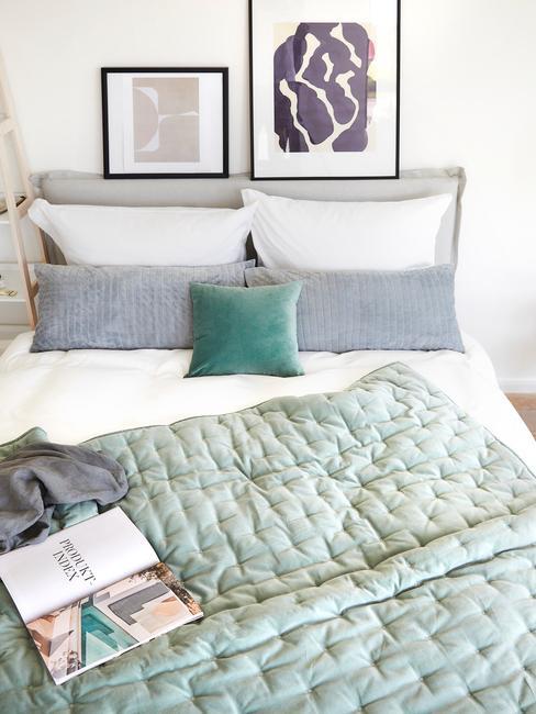 groen met grijze dekens en zwarte fotolijsten
