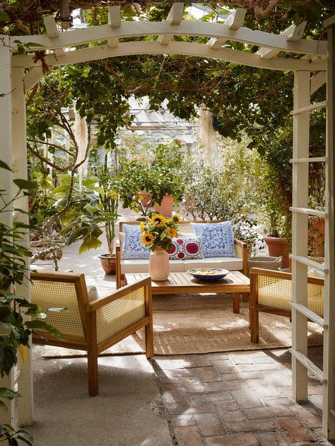 Tuin met terras en pergola met planten en bloemen