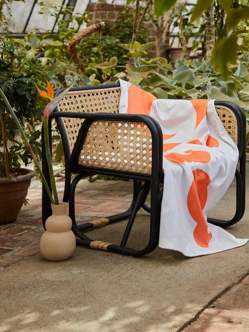 bruin met zwarte stoel en wit kleed met oranje vlekken
