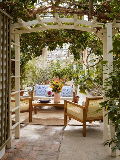 houten tuin set met blauwe kussens