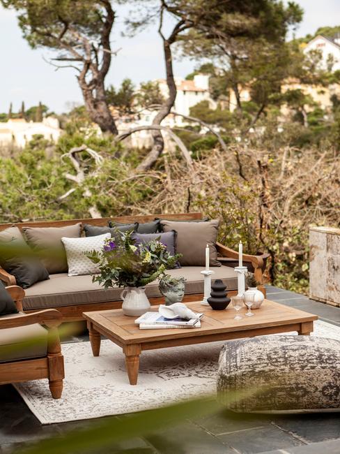 grijze buitenbank met houten tafel