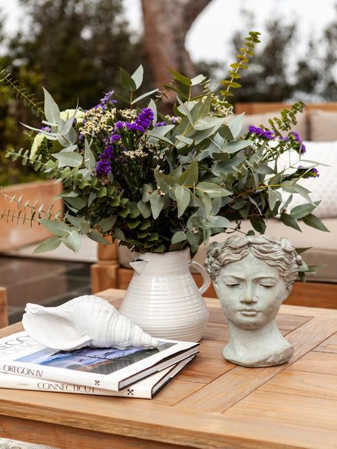 houten tafel met bloemen en een beeld