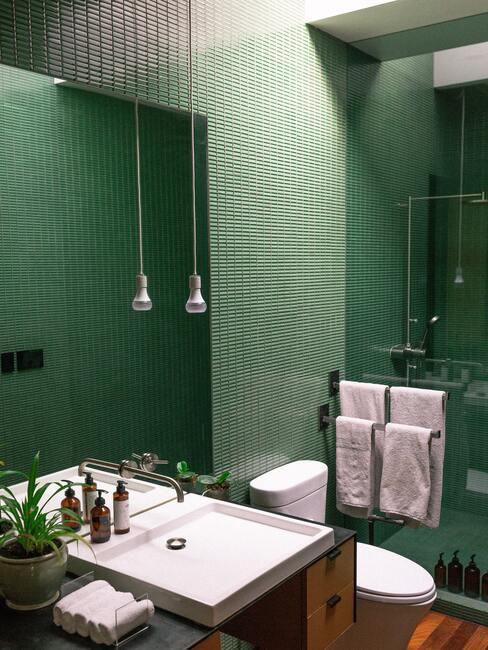 Groene badkamer met rechte tegels