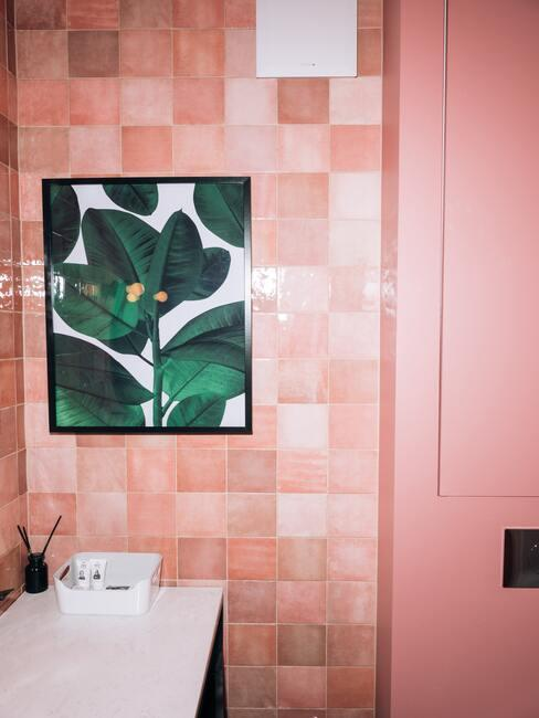 Roze tegels met een roze deur en groen schilderij