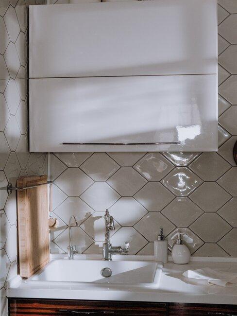 Badkamer met hexagon vormige tegels