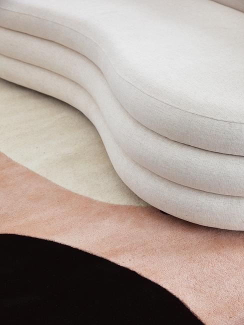 salomon westwing bank op gekleurd vloerkleed met organische vormen