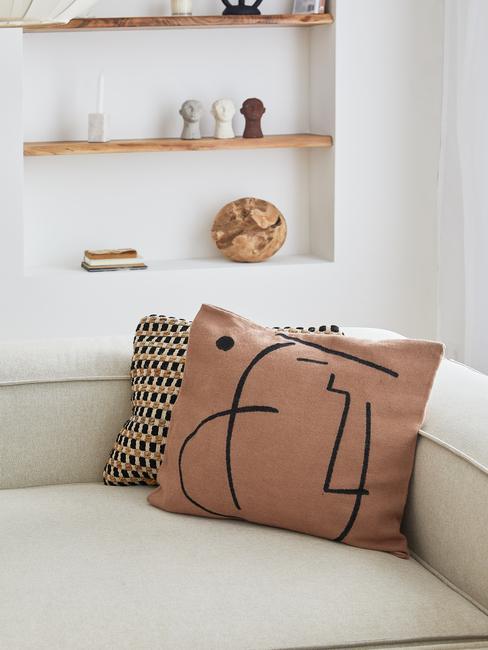 Bruin kussen met line art patroon in lichte woonkamer