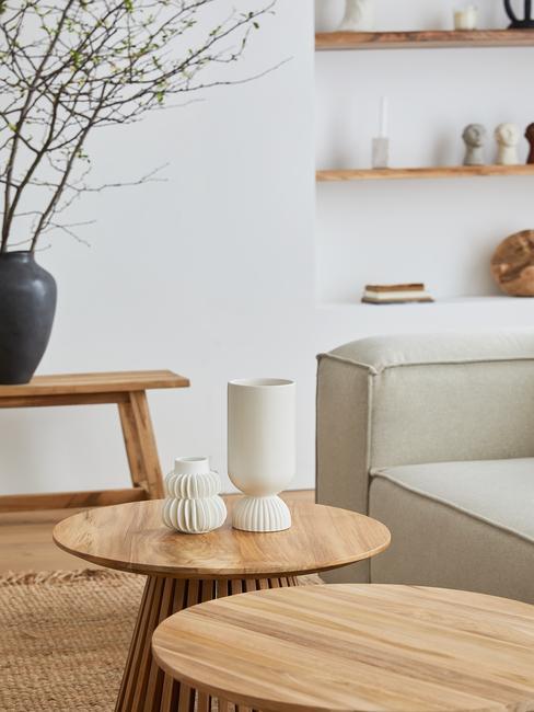 Twee houten bijzettafels in lichte woonkamer