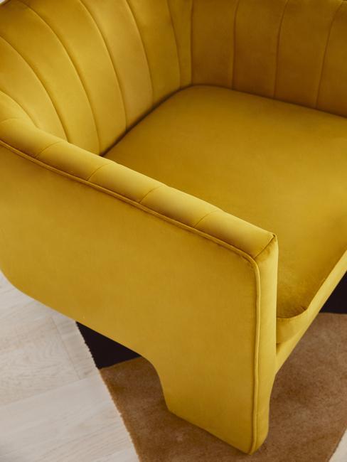 Oker gele fluwelen stoel