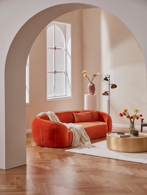 Oranje velvet bank in grote woonkamer