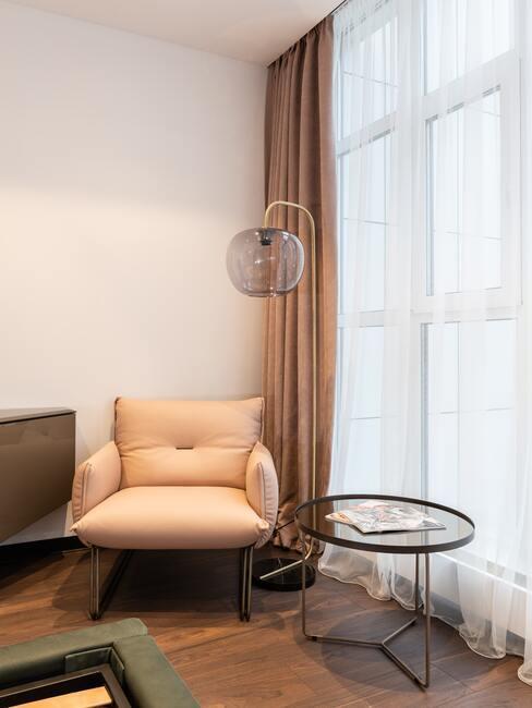 Greige gekleurde woonkamer met fat furniture
