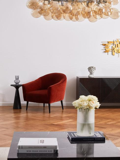 Wijnrode lounge stoel in woonkamer